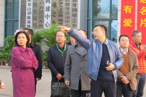 Cuncaoxin Chair James Zhan explaining to government officials the layout of the festival